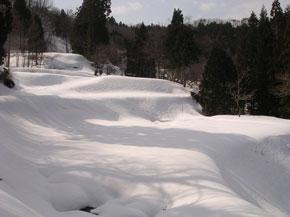 段々畑に雪積もる